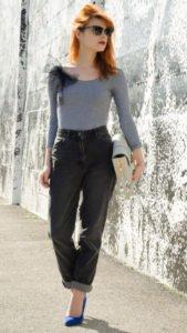 С чем носить мом джинсы