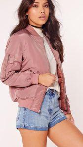 С чем носить розовую куртку бомбер