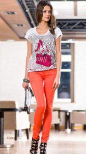 С чем носить оранжевые джинсы