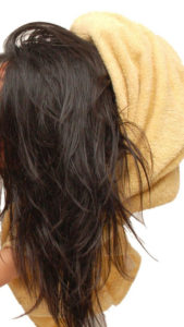 Как защитить волосы в бассейне